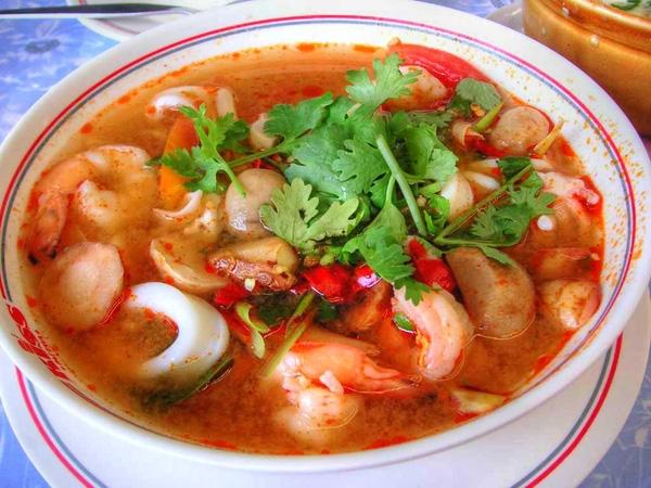 Trong số vô vàn các món ăn Thái trứ danh, nổi tiếng nhất, ưa chuộng nhất có thể kể đến món canh tôm chua – Tom Yum với nguyên liệu chính là tôm nấu với gia vị cay nồng và chua đặc trưng. Bí mật của món ăn nằm ở sự phối hợp gia vị tài tình đến từ các nguyên liệu đơn giản như nước cốt chanh, lá chanh, ớt băm, riềng, sả, nấm và một chút nước cốt dừa.