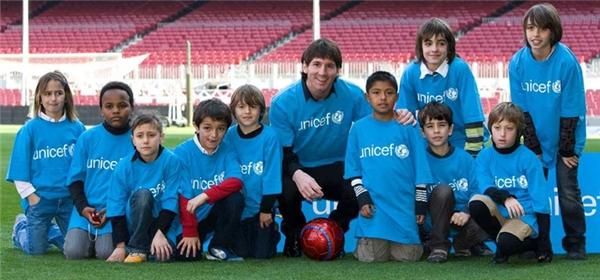 Messi rất chăm làm từ thiện, đối tượng chính của anh là các em nhỏ có hoàn cảnh khó khăn.