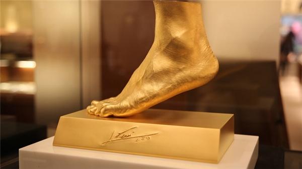 Bàn chân vàng của Messi.
