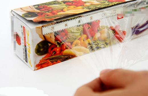 Nếu màng bọc thực phẩm căng ra không đều và hay bị rách, bạn có thể cho nó vào trong tủ lạnh. Điều này giúp màng bọc dai hơn, căng đều và không bị rách.