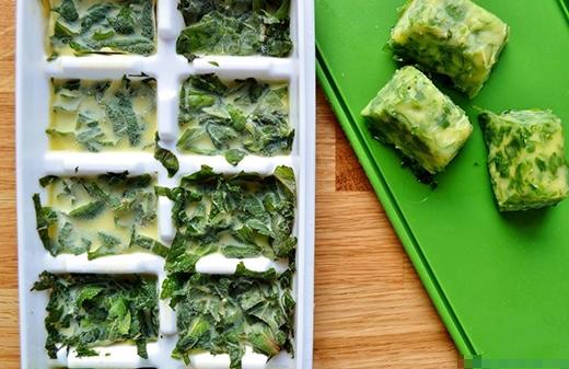 Cho rau thơm vào khay đá, thêm nước và đặt vào ngăn đông tủ lạnh, khi sử dụng chỉ cần lấy nguyên viên đá rau này bỏ vào nôi, cách này tiện dụng và còn giúp giữa được vitamin.