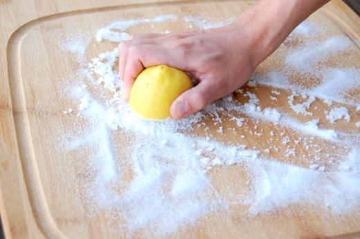 Dùng muối thô chà lên thớt gỗ rồi để từ 10 đến 15 phút, sau đó, dùng nửa quả chanh chà lại và rửa sạch.