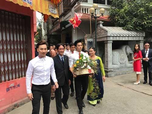 Trong lễ ăn hỏi, nam MC ăn mặc bảnh bao cùng họ hàng nhà trai đến nhà cô dâu từ sáng sớm. Còn cô dâu diện áo dài đỏ rực nền nã. - Tin sao Viet - Tin tuc sao Viet - Scandal sao Viet - Tin tuc cua Sao - Tin cua Sao