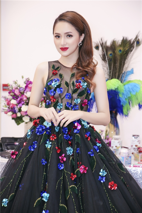 Hương Giang Idol chọn cho mình chiếc đầm dạ hội với tông đen vô cùng ấn tượng. - Tin sao Viet - Tin tuc sao Viet - Scandal sao Viet - Tin tuc cua Sao - Tin cua Sao