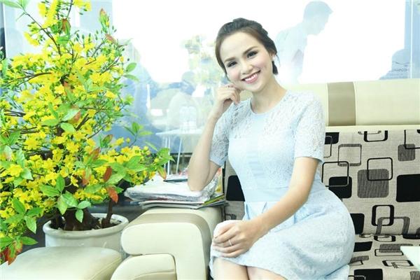 Hoa hậu Diễm Hương diện chiếc đầm màu xanh nhạt trẻ trung, cô không ngại chia sẻ về chuyện gia đình, những ồn ào về đời sống hôn nhân trong thời gian vừa qua.