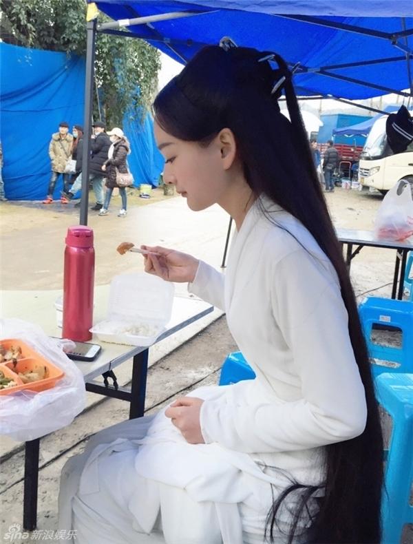 Cô gái này chỉ khác bà xã Lưu Khải Uy ở góc nghiêng khuôn mặt.
