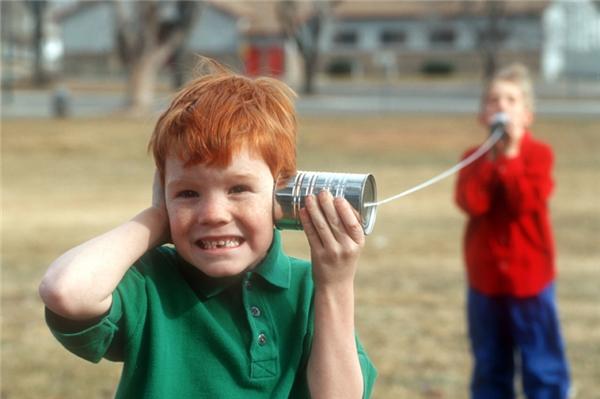 Âm thanh (1.234km/h): Âm thanh cũng di chuyển với tốc độ rất nhanh, có điều không nhanh bằng ánh sáng. Chẳng hạn trong những trận bão, chúng ta thường nhìn thấy tia chớp lóe lên rồi vài giây sau mới nghe tiếng nổ dù cả hai xảy ra và được truyền đi đồng thời cùng một lúc. Âm thanh truyền đi trong chất lỏng nhanh hơn trong không khí, nhưng nhanh hơn cả là trong môi trường rắn.
