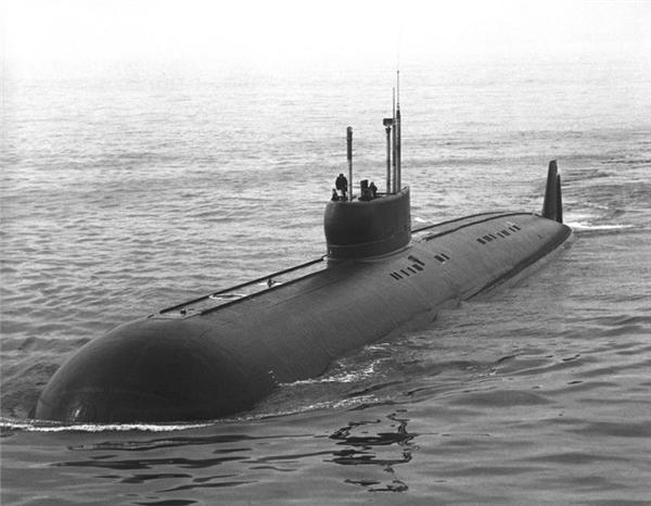 Tàu ngầm K-222 (83km/h): Đây là chiếc tàu ngầm đầu tiên trên thế giới được đóng bằng titan nên nhẹ hơn các loại tàu ngầm khác rất nhiều. Nó có thể lặn liên tục 70 ngày ở độ sâu 400m.