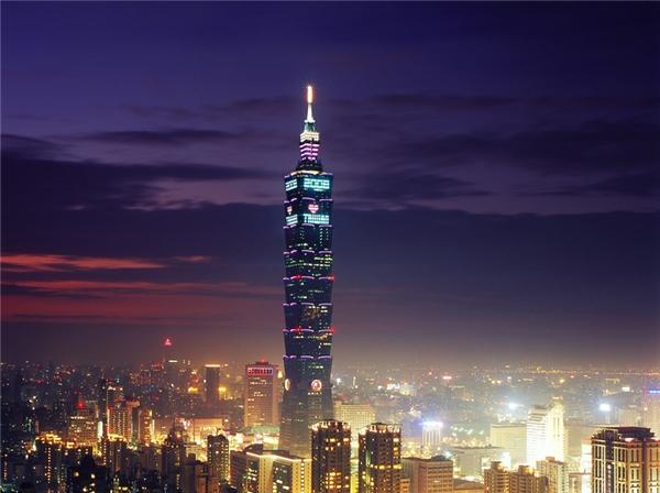 Thang máy của tòa nhà Đài Bắc 101 (59km/h): Bạn chỉ mất có 40 giây để đi từ tầng trệt lên đài quan sát trên tầng 89 của tòa nhà này, với tốc độ 12,5m mỗi giây. Thang máy này còn được lắp đặt hệ thống điều hòa áp suất để người sử dụng không cảm thấy nôn nao khó chịu hay bùng tai.