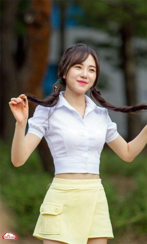 Mina sở hữu vẻ trong sáng ngọt ngào và dịu dàng của một thiếu nữ từ tốn.