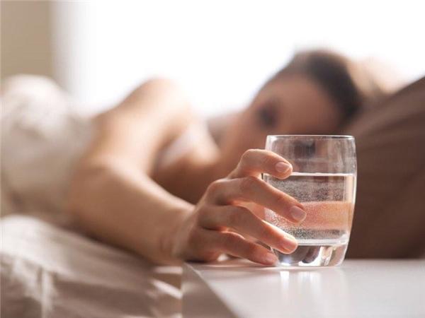 Bạn có vẻ rất khát nước, cảm giác như có thể uống cả lít nước cũng được. (Ảnh: Internet)