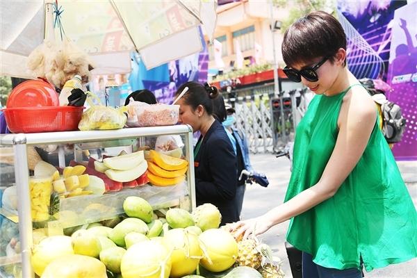 Sau khi tổng duyệt chương trình, Tóc Tiên liền ghé vào một xe trái cây venđường và vui vẻ chọn những quả mình yêu thích. - Tin sao Viet - Tin tuc sao Viet - Scandal sao Viet - Tin tuc cua Sao - Tin cua Sao