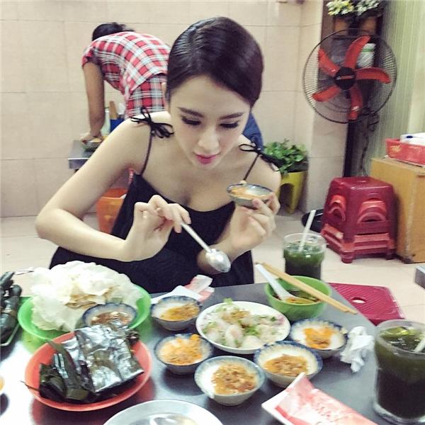 """Angela Phương Trinh mặc áo hai dây ngồi ăn bánh mong gặp được """"hoàng tử"""" thích ăn vặt giống mình. - Tin sao Viet - Tin tuc sao Viet - Scandal sao Viet - Tin tuc cua Sao - Tin cua Sao"""