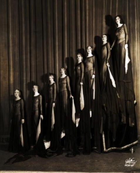Có nhiều cách để mở màn ấn tượng, nhưng không hiểu vì sao ban nhạc nữ Ziegfeld Girls lại chọn cách xuất hiện đầy ám ảnh và chết chóc như thế này.