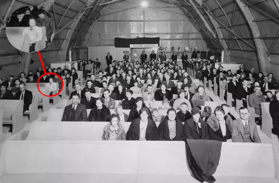 Có một người đặc biệt xuất hiện trong bức ảnh, ngồi lẫn giữa đám đông, không ai biết, chẳng ai hay...