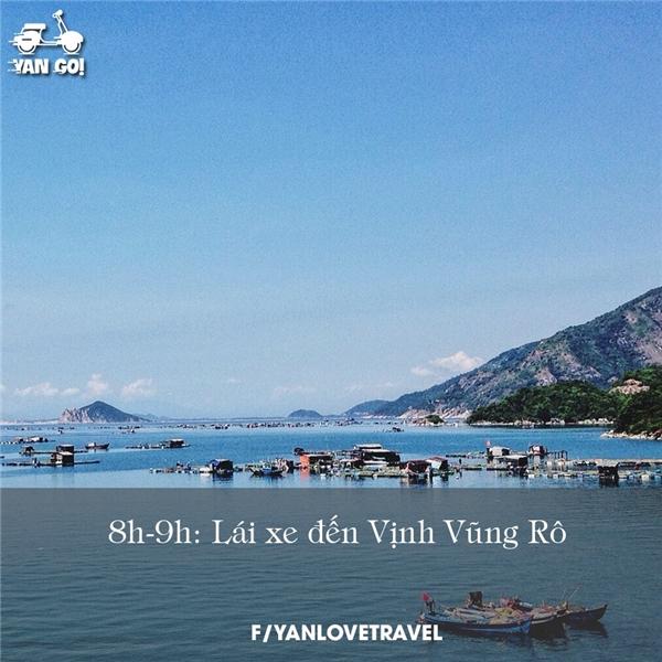 Sau bữa sáng hãy mua mỗi người một chai nước rồi xuất phát đi đến vùng Vịnh Vũng Rô để tham quan cụm du lịch Bãi Môn, Hải đăng Đại Lãnh, Mũi Điện - nơi đón ánh mặt trời đầu tiên ở Việt Nam.