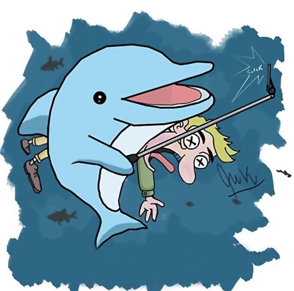 Nhìn thấy thằng người con đang chơi ở mép nước, thằng nhóc cá heo liền lôi nó xuống nước. Sau một hồi vật lộn, nó cũng bắt được con vật nằm im để cho nó chụp ảnh tự sướng. Đảm bảo đám nhóc dưới kia sẽ lác mắt cho mà xem.