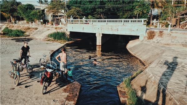 Đập Tam Giang trên đường vào Gành Đá Đĩa. Bạn có thể cùng người dân tắm mát tại đây nhé.