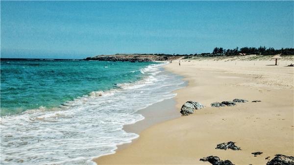 Biển An Chấn - có rất nhiều khách du lịch và người dân đến đây tắm biển.