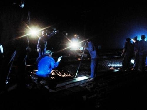 Đến tận khuya, các công nhân cứu hộ vẫn cố gắng khắc phục hậu quả vụ tai nạn. (Ảnh: D.N.)