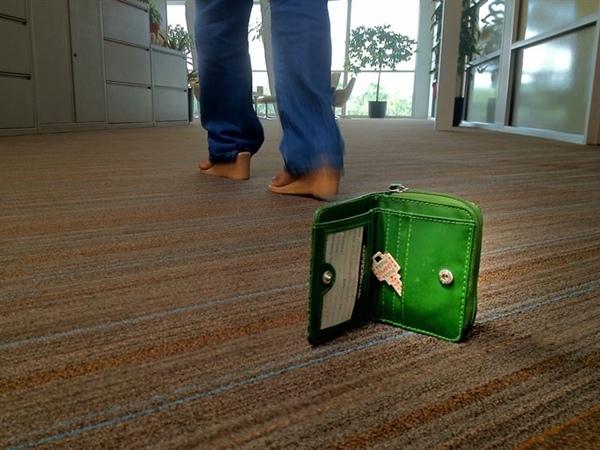 Nếu xác định được kẻ xấu tấn công để cướp tài sản, hãy vứt vícủa bạn ra xa và bỏ chạy theo hướng ngược lại.