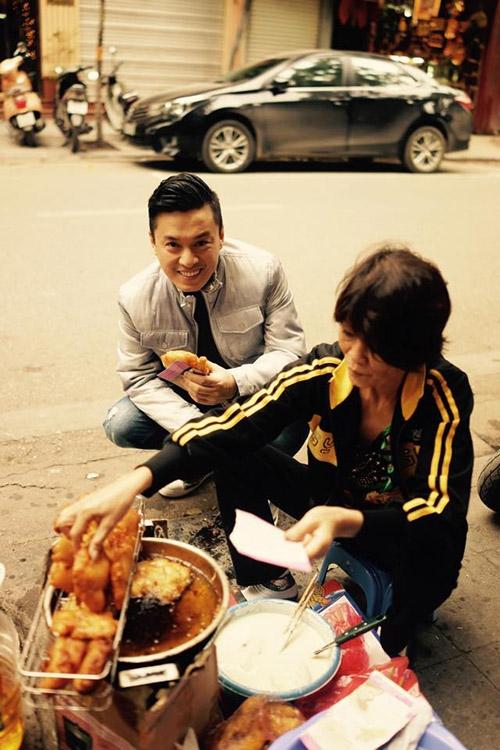 Lam Trường tỏ ra hào hứng với món bánh chuối và bánh khoai rán ở Hà Nội. Đây là một trong những món ăn vỉa hè được nhiều bạn trẻ yêu thích trong tiết trời giá lạnh của thủ đô. - Tin sao Viet - Tin tuc sao Viet - Scandal sao Viet - Tin tuc cua Sao - Tin cua Sao