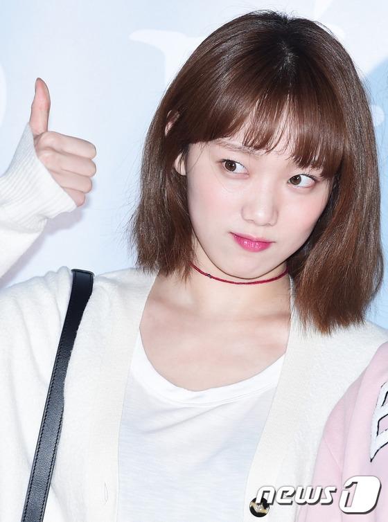 """Màn thể hiện tuyệt vời trong Tiên nữ cử tạ giúp Lee Sung Kyung ngày càng được đông đảo khán giả biết đến và yêu mến. Đến với buổi họp báo, cô nàng chọn phong cách nữ tính không giống với sự cá tính thường ngày. Khía cạnh dịu dàng này của Lee Sung Kyung cũng thành công """"đốn tim"""" không ít khán giả."""