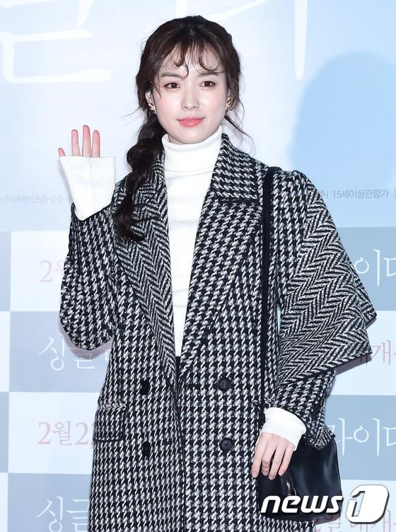 """Han Hyo Joo khác lạ với mái tóc """"mì xào giòn"""""""