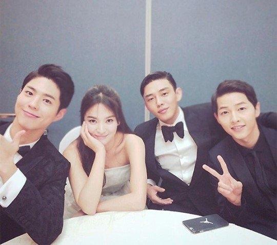 """Quên Song Joong Ki đi, Song Hye Kyo tình tứ bên """"trai khác"""" mất rồi!"""