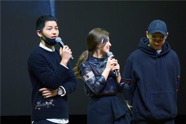 Song Joong Ki và Yoo Ah In cùng nhau đến ủng hộ buổi họp fan của Song Hye Kyo
