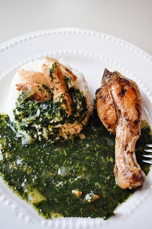 Món ăn Molokhia ở Ai Cập sử dụng lá Molokhia có vị đắng, giã nhuyễn sau đó nấu với rau mùi, tỏi và nước xương hầm. Loại sốt này thường được ăn kèm với thịt gà, thỏ, cừu hoặc cá.