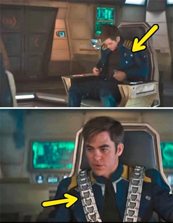 Star Trek Beyond (2016): Rõ ràng chúng ta nhìn thấy Thuyền trưởng Kirk thắt đai an toàn ngang eo, nhưng khi nhìn lại, chiếc đai lại tròng qua vai anh.