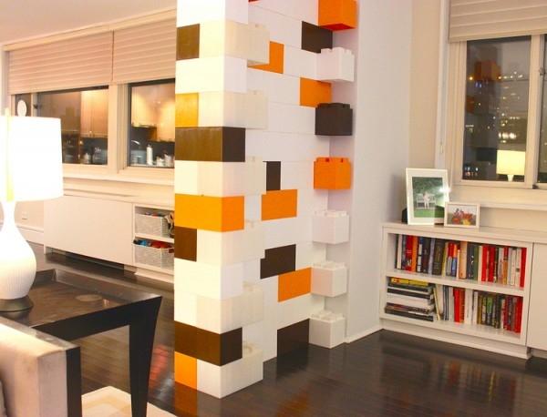 Những gian phòng được xây dựng, trang trí bằng những miếng ghép lego.
