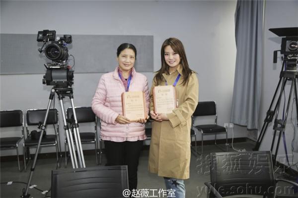 Loạt ảnh nàng hoa đán chia sẻ trên weibo khi về trường làm giám khảo vào ngày 21/02.