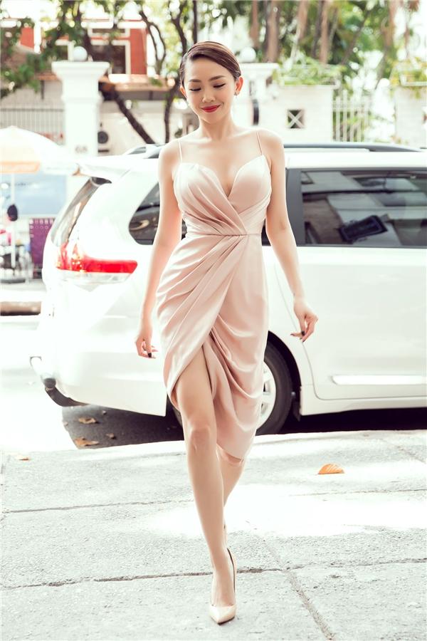 Người đẹp xuất hiện quyến rũ trong chiếc đầm ngắn cúp ngực của Chung ThanhPhong. - Tin sao Viet - Tin tuc sao Viet - Scandal sao Viet - Tin tuc cua Sao - Tin cua Sao