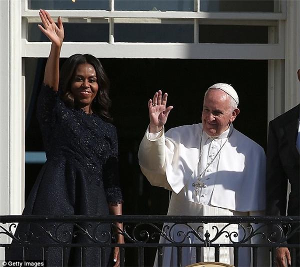 Còn đây là chiếc đầm cô đã thiết kế cho Michelle trong lần diện kiến Giáo hoàng