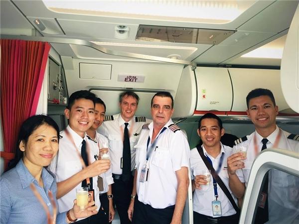 Nguyễn Quang Đạt và phi hành đoàn trong một chuyến bay.
