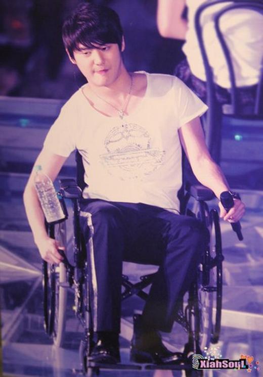 Phía sau ánh đèn sân khấu của idol là những khoảnh khắc rơi nước mắt