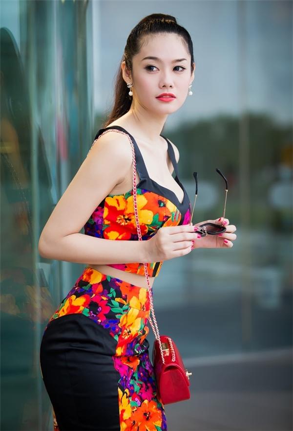 Trong những ngày qua, chuyện tình cảm của Linh Chi và Lâm Vinh Hải đã khiến dư luận dậy sóng. Nữ người mẫu cũng từng thừa nhận chuyện phẫu thuật thẩm mỹ để thu hút hơn. Linh Chi từng phát ngôn gây sốc: sửa ngực để phục vụ khán giả.