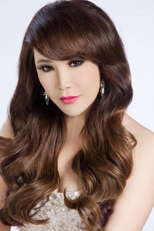 """Vào năm 2009, khi lần đầu quyết định phẫu thuật thẩm mỹ, Hồ Quỳnh Hương trông đẹp hơn gấp bội lần. Tuy nhiên càng về sau, nữ ca sĩ càng """"nghiện"""" khiến gương mặt trở nên biến dạng, đặc biệt là phần cằm bị xô lệch quá mức."""
