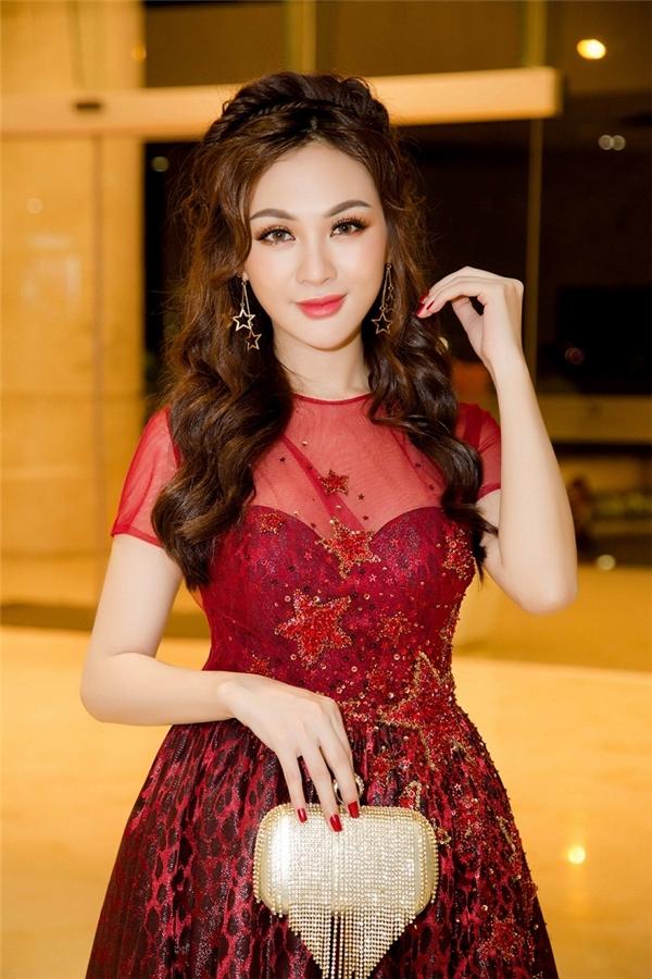 Hot girl Kelly Nguyễn phải chỉnh chiếc cằm của cô đến 6 lần để có được vẻ ngoài như mong muốn. Tuy nhiên, cũng không ít lần biến chứng về việc phẫu thuật thẩm mỹ khiến khán giả khó nhận ra cô.