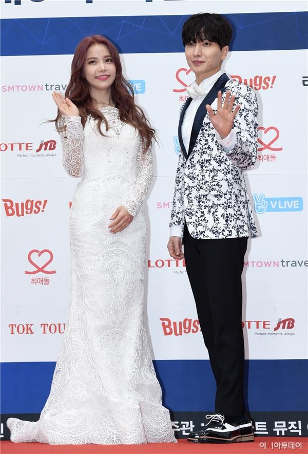 Leeteuk và Solar (Mamamoo) đảm nhận vai trò MC của sự kiện tối nay.