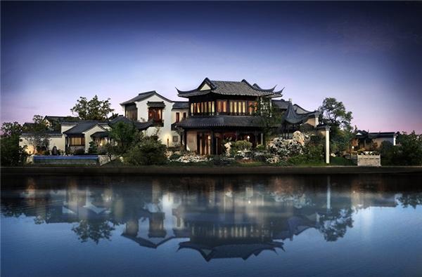 Tại Tô Châu, phía tây Thượng Hải, có một căn nhà mang tên Đào Hoa Viên với tổng diện tích 6,7 triệu mét vuông, diện tích sinh hoạt 6729m2, gồm 32 phòng ngủ, 32 khu vườn có hồ nước được xem là một trong những dinh thự đắt đỏ bậc nhất thế giới.