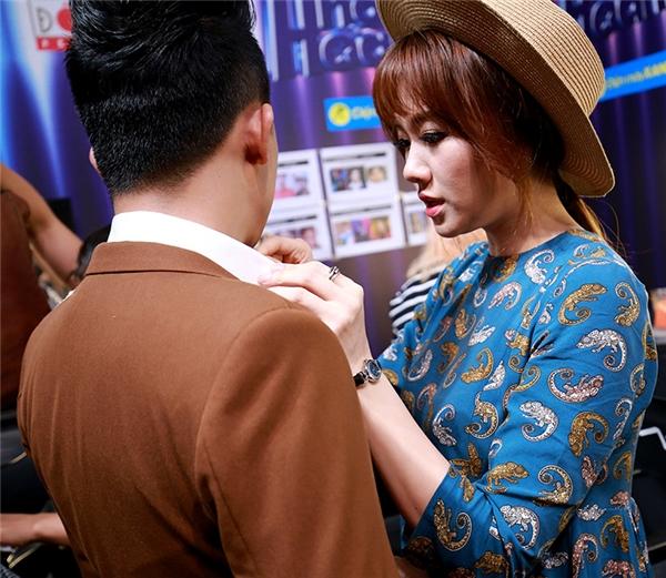 Đáp lại, Hari Won cũng thường xuyên chỉnh áo, cà-vạt của ông xã trước khi cả hai cùng bước lên sân khấu hay xuất hiện ở chốn đông người. - Tin sao Viet - Tin tuc sao Viet - Scandal sao Viet - Tin tuc cua Sao - Tin cua Sao