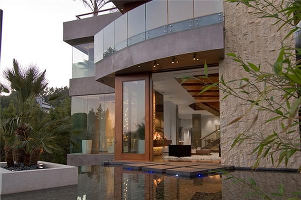 Dinh thự Xanadu 2.0 của người đàn ông giàu nhất thế giới Bill Gates rộng 6131m2 có trị giá khoảng 123 triệu đô (2808 tỉ đồng) và mất đến 7 năm để xây dựng.