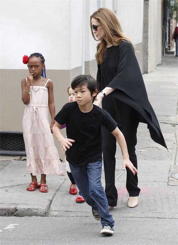 Pax Thiên 9 tuổi đầy tinh nghịch khi dạo phố cùng mẹ và các em vào năm 2012.