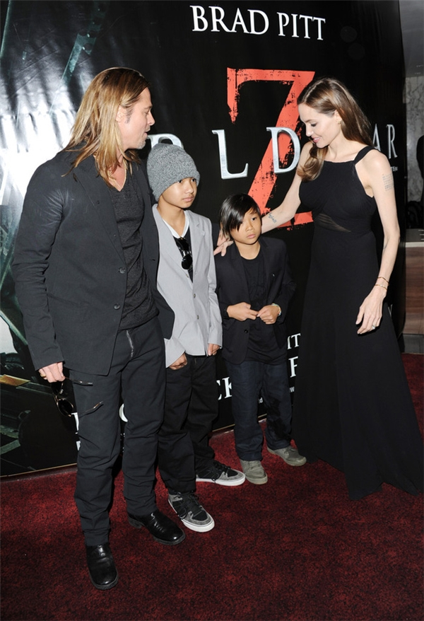 Tháng 6/2013: Cậu bé Pax 10 tuổi có vẻ sợ hãi cánh truyền thông khi dự sự kiện công chiếu phim của Brad Pitt.