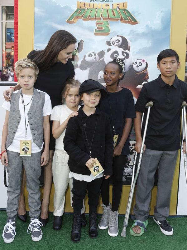 7 tháng sau, Pax Thiên đã có vẻ chững chạc hơn khi dự sự kiện công chiếu phim cùng mẹ và các em.