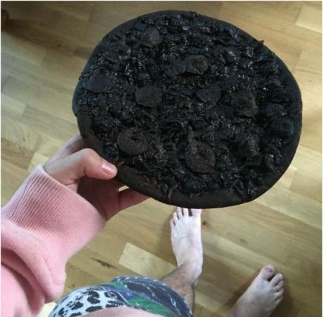 """Khi """"thiên tài"""" hâm nóng lại một chiếc pizza."""