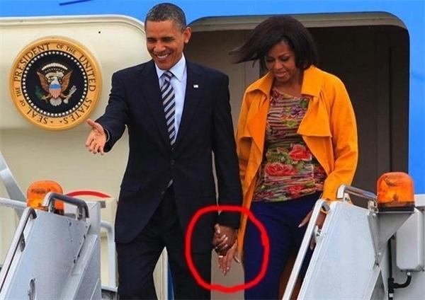 Đó là lý do vì sao Obama luôn được nhìn thấy nắm tay vợ đi khắp thế gian.
